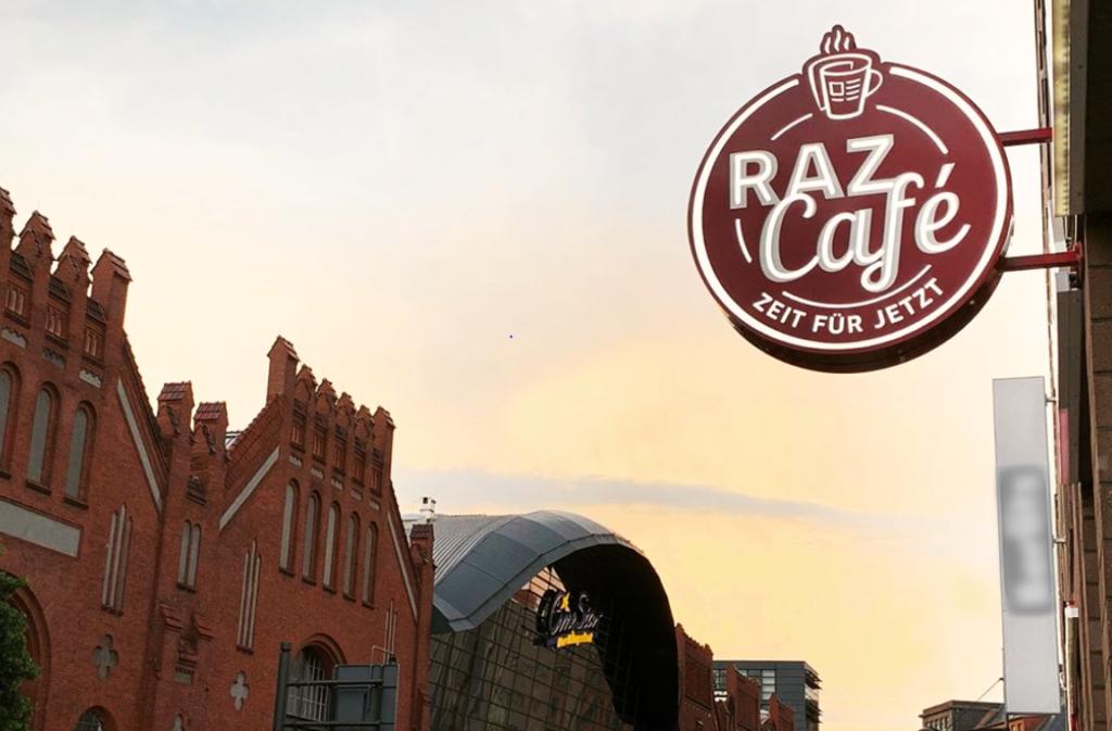 Das RAZ Café in Tegel - Außenaufnahme mit Hallen am Borsigturm